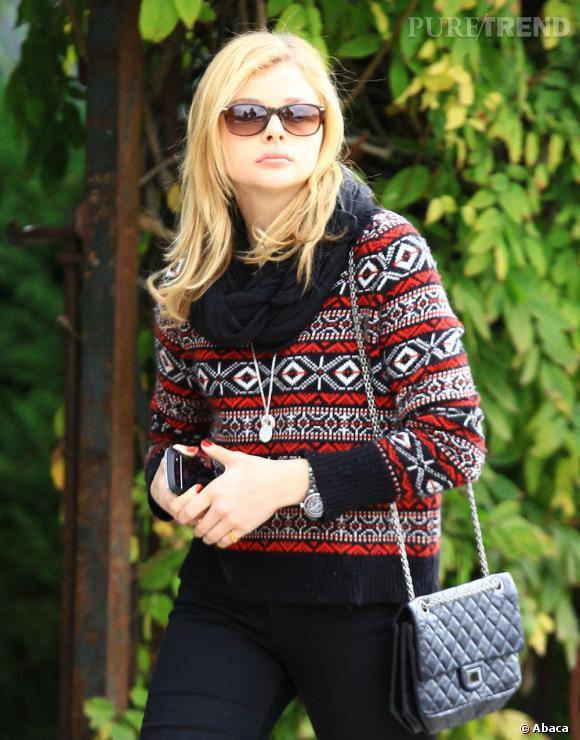 Entre ses lunettes de soleil et son sac Chanel, elle a tout bon.