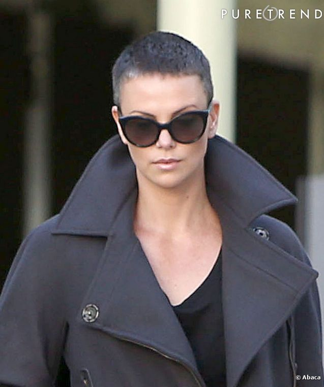 Charlize Theron affiche sa nouvelle coiffure : une coupe garçonne poivre et sel !