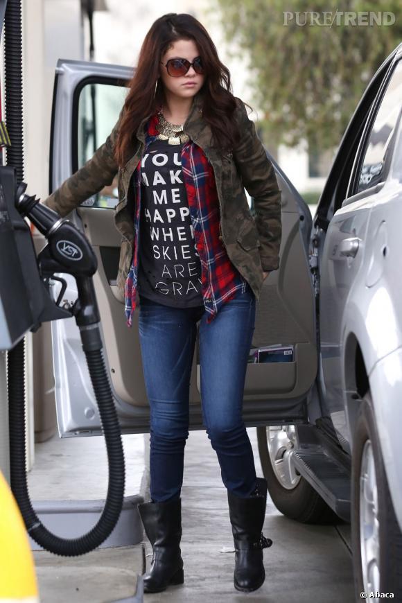 Selena Gomez fait le plein d'essence comme tout le monde.