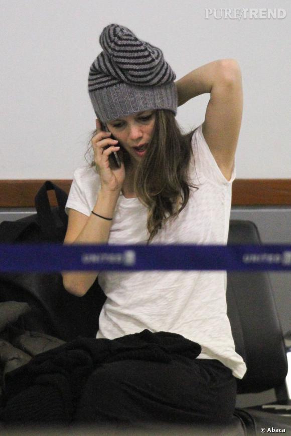Rachel Bilson essaie péniblement de se réveiller à l'aéroport.