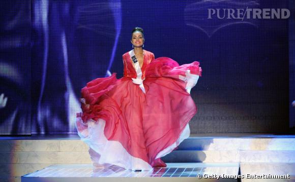 Olivia Culpo fait son entrée finale dans une superbe robe rouge.