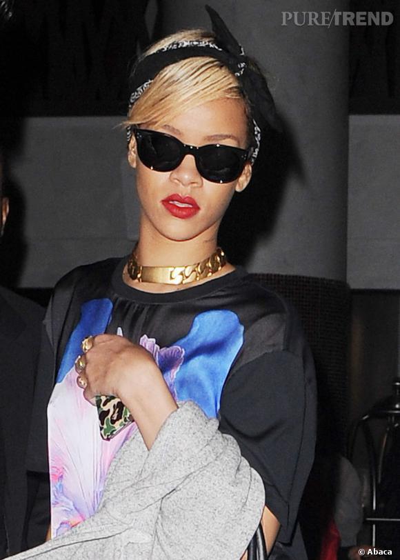 Rihanna s'approprie elle aussi l'accessoire pour une dose de cool dans sa coiffure.