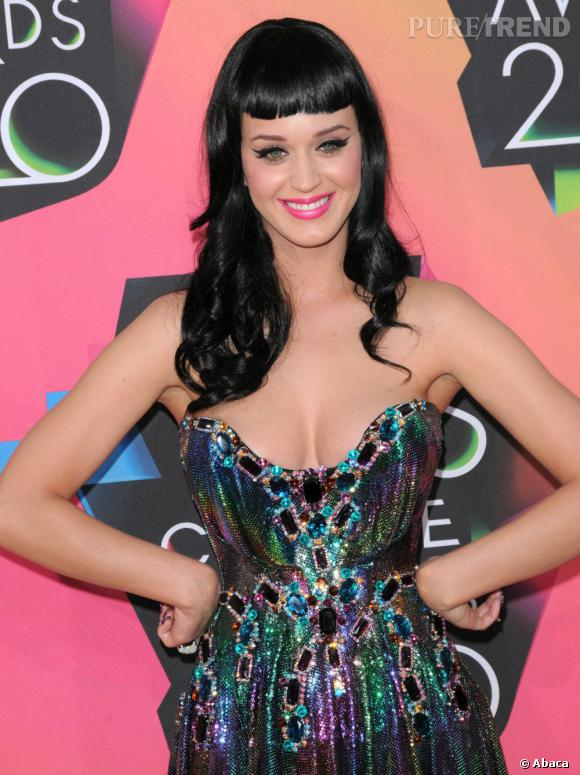 Katy Perry arbore souvent la même coupe que la pin up sur le tapis rouge.