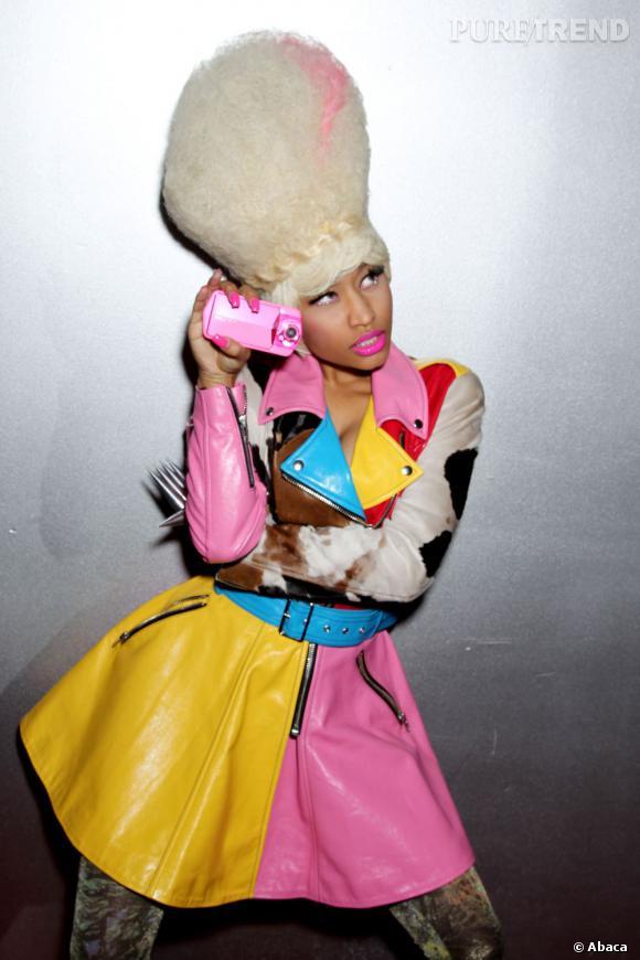 En bonne accro aux perruques, Nicki Minaj n'a pas peur de copier la coiffure de Marge Simpson sur le tapis rouge.