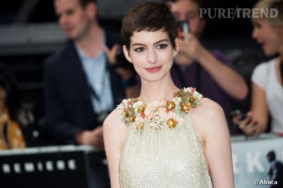 Dernière a avoir osé la coupe, Anne Hathaway, qui la porte dans une version brune pleine de charme.