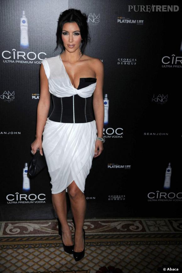 Le Avec Kardashian À La Fois Corsetée Une Et Kim Sort Robe Grand Jeu HIE2D9