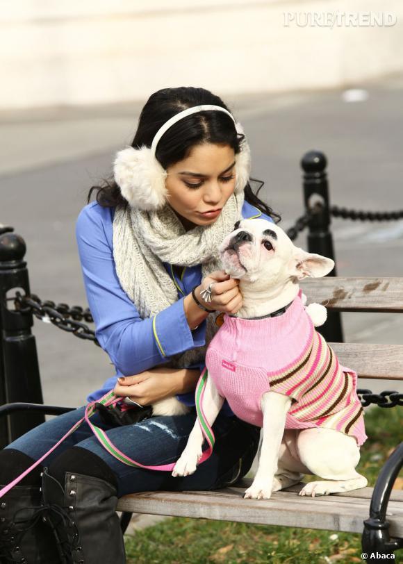 Vanessa Hudgens bien au chaud avec ses cache-oreilles, mais pas aussi stylée que son chien.