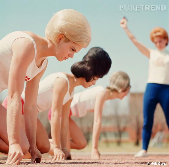 """""""L'équipe des Bouffant Belles lors du départ d'une course""""   Les Bouffant Belles étaient une équipe féminine texane de course  à pied. Réputées tant pour leurs performances athlétiques que pour leur beauté, les membres de l'équipe affirmaient leur féminité tout en faisant assaut d'élégance, notamment capillaire."""