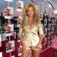 """Le flop """"divalicious"""" :  autobronzant appliqué à la truelle et combishort doré ridiculement trop petit, Beyoncé accumule les fautes de goût."""
