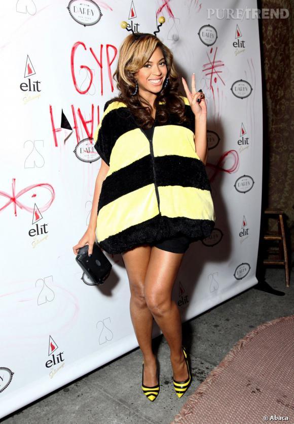"""Le flop """"look de femme enceinte"""" : Beyoncé cache son ventre derrière un costume d'abeille. Les escarpins sont de trop."""