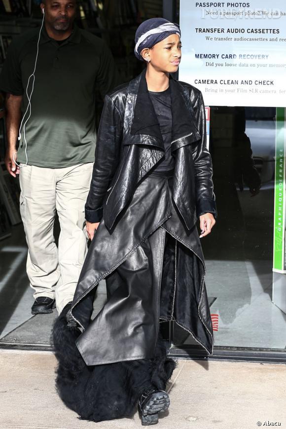 Willow Smith se croit dans Matrix et sort dans la rue avec un long manteau en cuir à volants...