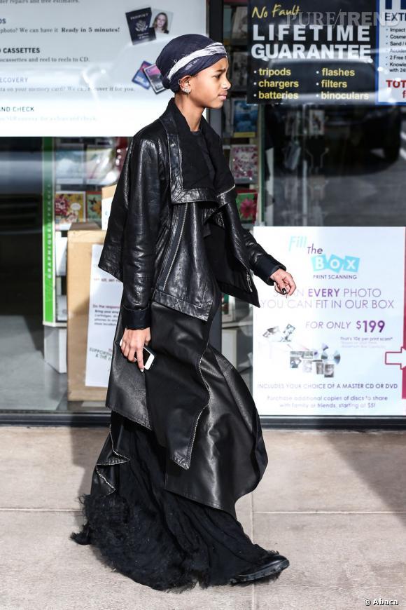 On ne distingue pas très bien sa tenue : est-ce un long manteau ou une jupe composée de plusieurs pans ?