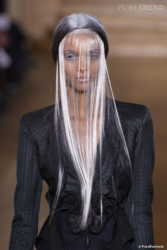 Le best-of des insolites de la Haute Couture Printemps-Eté 2013 La frange-rideau chez Yiqing Yin.