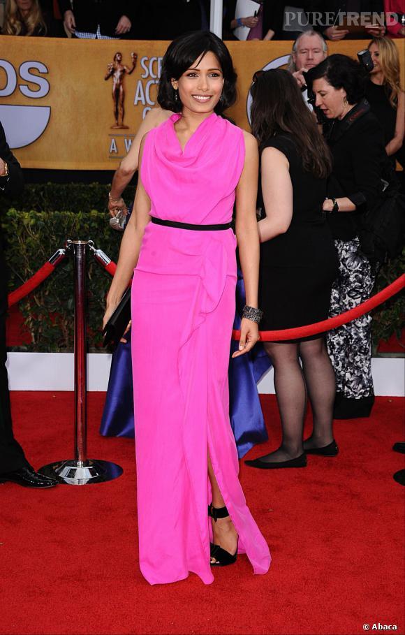 Freida Pinto aux SAG Awards 2013 porte une robe Roland Mouret.