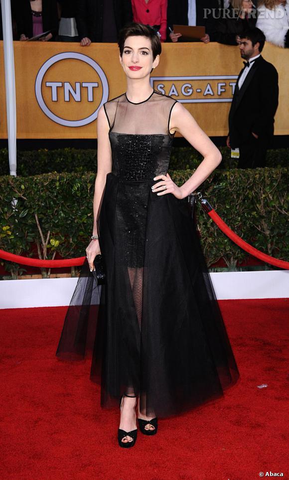 Anne Hathaway aux SAG Awards porte une robe Giambattista Valli Printemps-Été 2013.