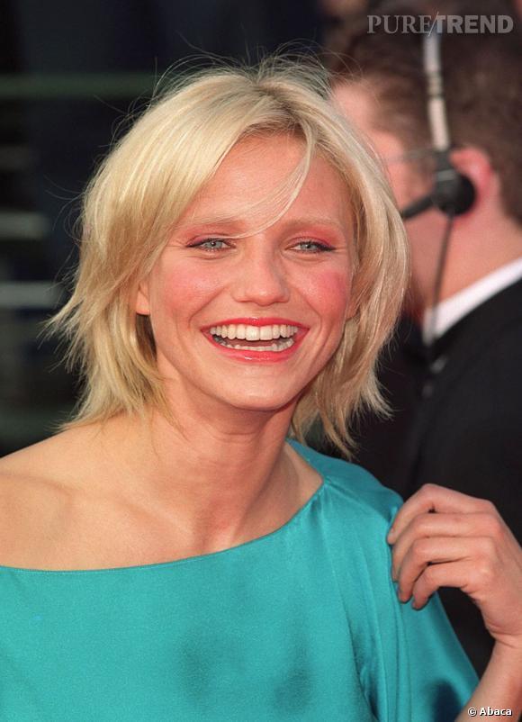 """Le flop """"première apparition"""" : En 2000, Cameron Diaz est l'une des nouvelles actrices qui comptent, mais elle galère encore un peu avec les pinceaux. Blond bébé + coupe décoiffée + gloss et excès de blush, c'est une première ratée."""