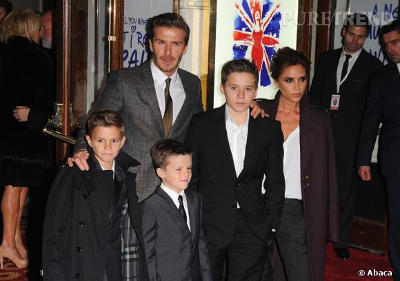 Chez les Beckham, les garçons (Brooklyn, Romeo et Cruz) sont coiffés comme papa. Cheveux courts, mèche sur le côté et cire coiffante sont légion.
