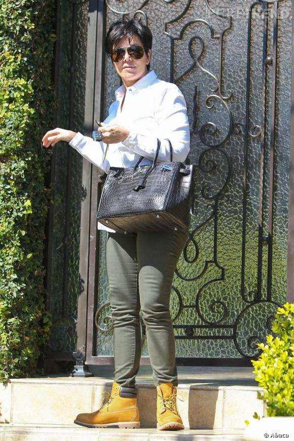 Kris Jenner opte pour une tenue décontractée. On ne lui en veut pas, mais les chaussures Timberland sont de trop !