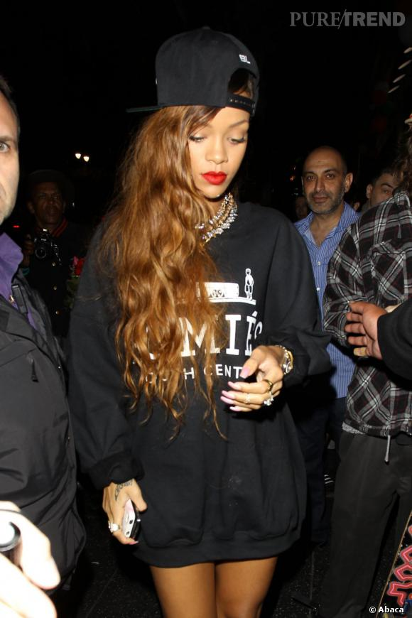 Rihanna, de sortie avec Chris Brown dans une boîte de nuit d'Hollywood. Elle semble partager entre une allure street wear et glamour.