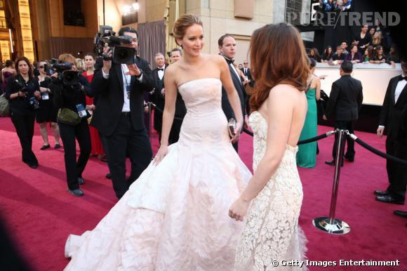Kristen Stewart et Jennifer Lawrence ne sont pas du tout fâchées ! La preuve ? Elles ont pris le temps de discuter sur le tapis rouge des Oscars 2013.