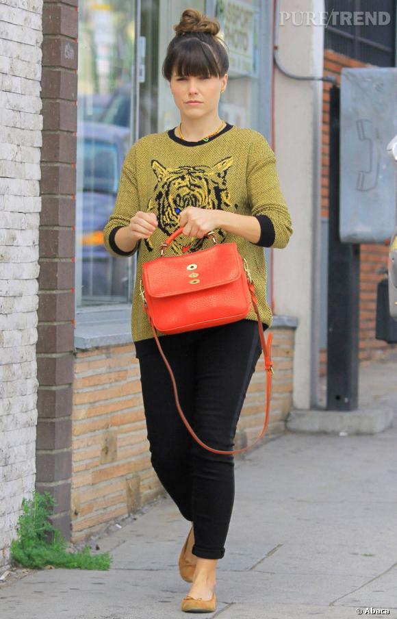 Sophia Bush opte pour un look simple, un jean et un pull. Mais en choisissant les bonnes couleurs et les bons accessoires, elle nous dévoile un parfait look de fin d'hiver !