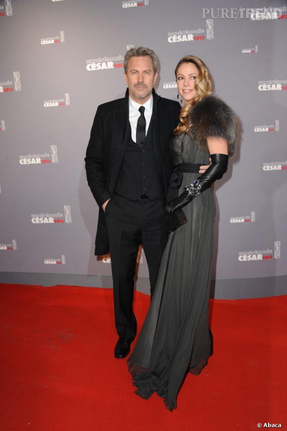 Kevin Costner et Christine Baumgartner, combien d'années d'écart ? 19 ans.