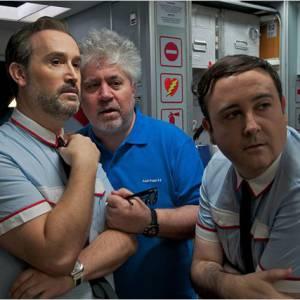 """Pedro Almodovar sur les tournages du film """"Les Amants Passagers""""."""