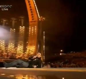 Robbie Williams, mauvais pas de danse pendant son concert au Festival de Leeds en 1996.