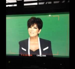 """Khloé Kardashian se moque de sa mère qui est en train de faire une publicité pour QVC. """"Oui c'est bien, pose... Pose... Regarde tes seins. Ils vont bien ?"""""""