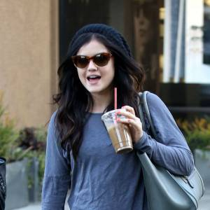 Lucy Hale fait relâche ! Après son cours de gym, elle sirote un café glacé en short bleu et t-shirt informe.