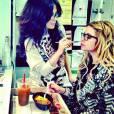 Ashley Benson combine retouches maquillage et déjeuner.