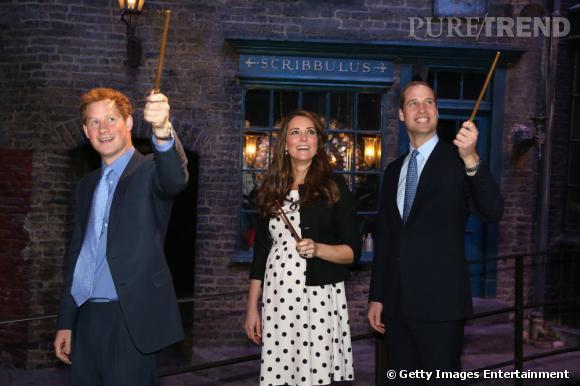 Le prince Harry, Kate Middleton et le prince William s'essaient à la magie dans les studios Warner. À eux les baguettes Harry Potter !
