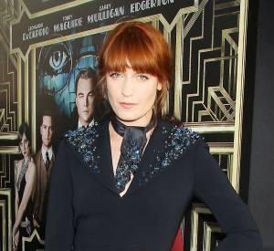 Florence Welch (Florence and The Machine) dans une robe bleu marine au fendu élégant et col orné.