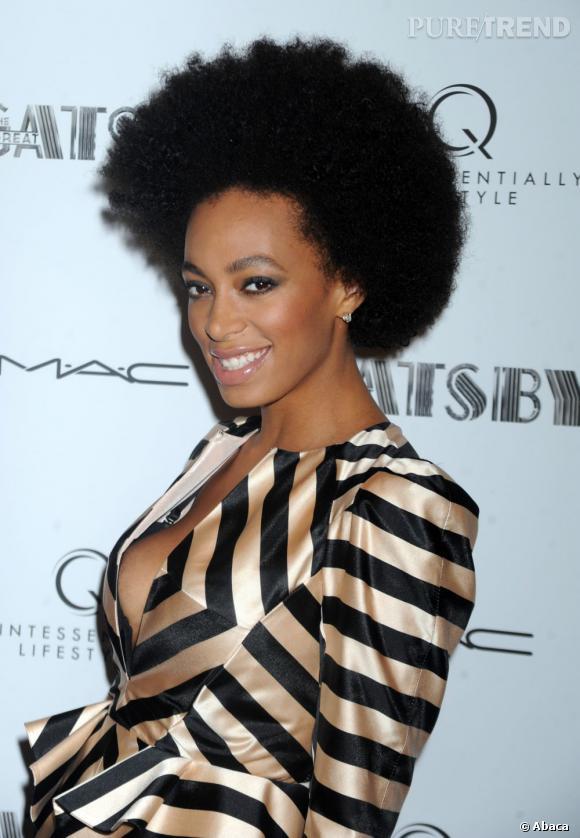 Côté beauty look, Solange Knowles continue de miser sur l'audace d'une coupe afro bien gonflée, et fume légèrement son regard...