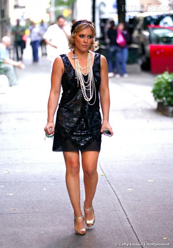 Années Une Enfile Duff Se Robe Brillante Style 20 Hilary Coiffe Et zwR5xnwdq