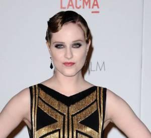 Evan Rachel Wood dans une robe Art Déco décolletée et à franges dorées. Une coiffure garçonne caractéristique.