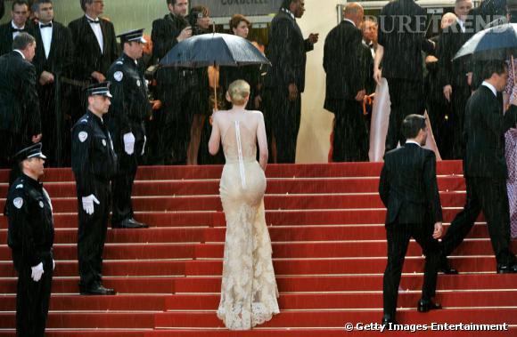 Le parapluie, l'accessoire indispensable de la première montée des marches du Festival de Cannes 2013.