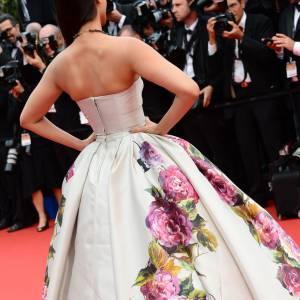 Sonam Kapoor porte une robe à l'imprimé fleuri disproportionné. Un style rococo affectionné par Dolce & Gabbana.