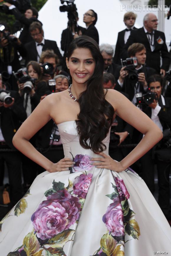 Sonam Kapoor porte une robe cintrée en haut et au jupon structuré, démesuré.