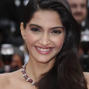 Sonam Kapoor porte un maquillage marqué aux pommettes et aux paupières.