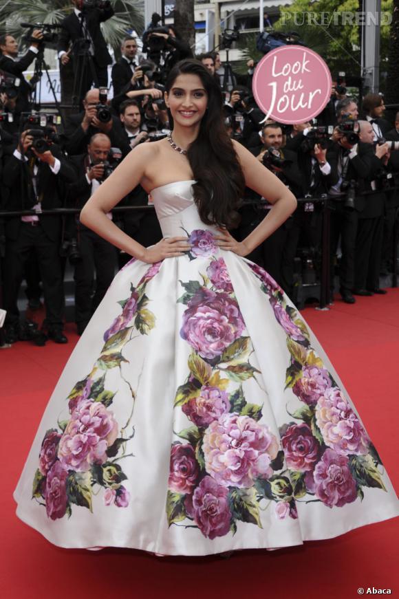 """Sonam Kapoor, grandiose dans sa robe Dolce & Gabanna, pour la projection de """"Jeune & Jolie"""", le 16 mai 2013, au Festival de Cannes."""