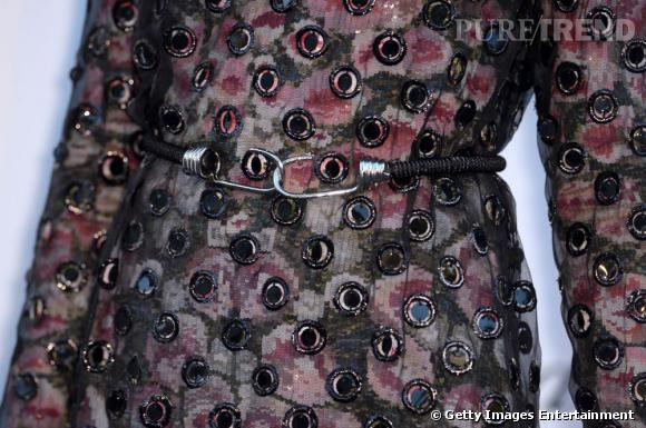 Joan Smalls accessoirise la robe d  039 une ceinture Givenchy surprenante. 5eb6b537286