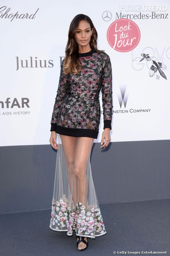 Joan Smalls joue sur une apparition audacieuse et magistrale pour le gala de l'amfAR, au Festival de Cannes, le 23 mai 2013.