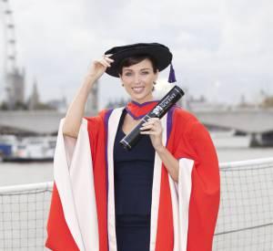 Dannii Minogue : et oui, la soeur de Kylie aussi a voulu passer son diplôme en Angleterre la même année !