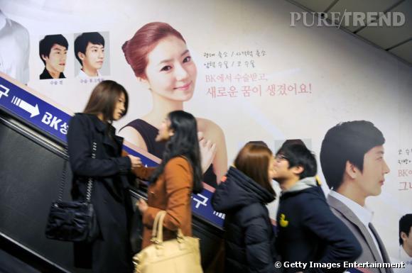 En Corée du Sud, les publicités pour la chirurgie de la mâchoire s'affichent jusque dans les couloirs du métro.