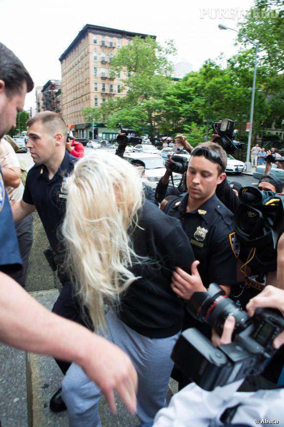 """Amanda Bynes a également ajouté à sa liste d'ennemis la police de New York. En plus d'assurer avoir été arrêtée sans justification et placer en hopital psychatrique, elle affirme avoir été victime de harcèlement sexuel. Attention, elle ne veut pas que le policier aille en prison. """"Sa peine sera d'être un policier qui a harcelé quelqu'un qui ne le trouverait jamais assez beau pour être son petit ami. C'est pire que n'importe quelle peine de prison. Mais je l'attaque pour une compensation monétaire. J'aime avoir plus d'argent à la banque""""."""