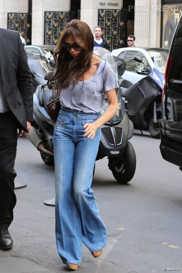 Victoria Beckham adore ses jeans flare, peut importe les tendances !