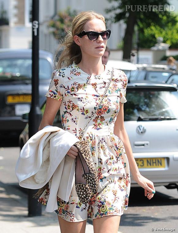 Poppy Delevingne peaufine son look parfait avec une paire de lunettes funky et un sac porté en bandoulière.