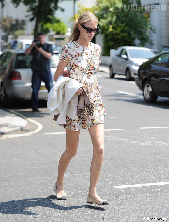 Poppy Delevingne mixe une robe d'été et un blazer pour une touche plus chic à la nuit tombée.