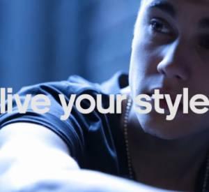 Dans la vidéo, Justin Bieber prend de nombreuses poses, fait du basket et du ping-pong...